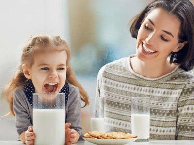 孩子喝牛奶的9种错误,家长都常犯,这次要牢记