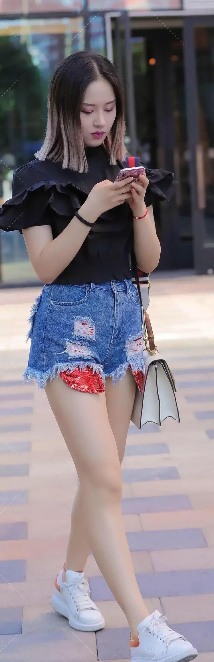 泡泡袖上衣搭配牛仔短裤,端庄典雅有魅力,时尚少女感十足!