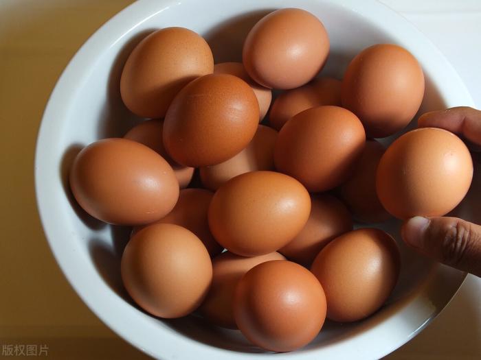 吃鸡蛋会得骨质疏松?除了鸡蛋,这2种食物也很伤骨,别太贪吃