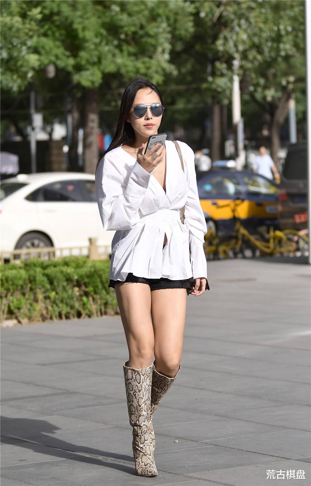 蟒纹尖头细跟长靴,搭配黑色短裤,有着别样时尚味道