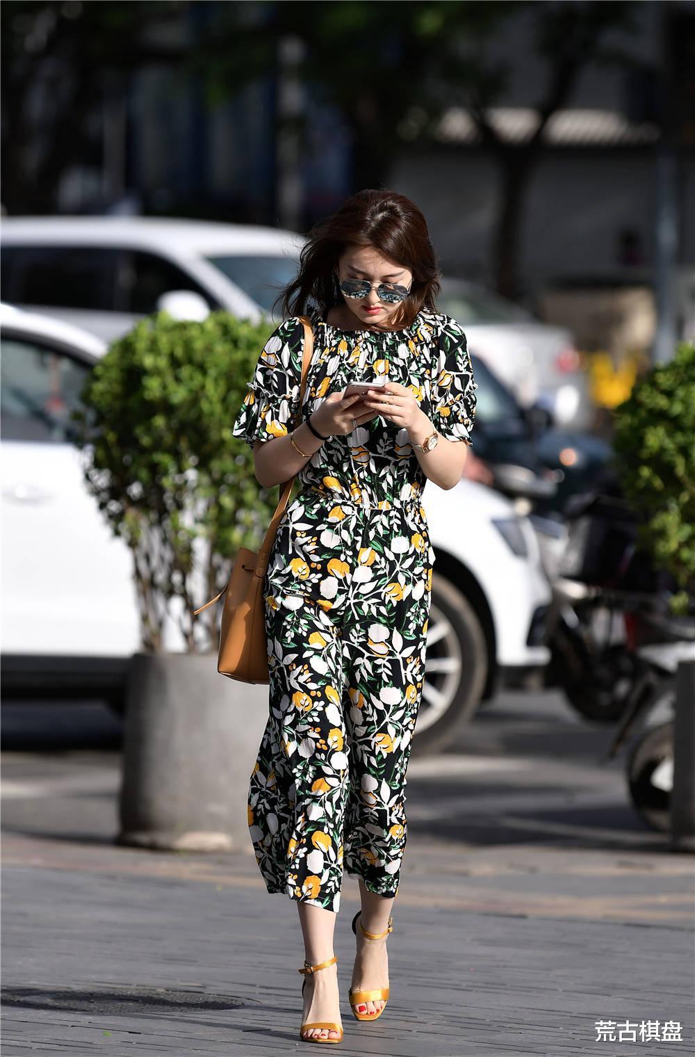 印花的连衣长裙,七分的裤长,搭配黄色一字带细跟凉鞋