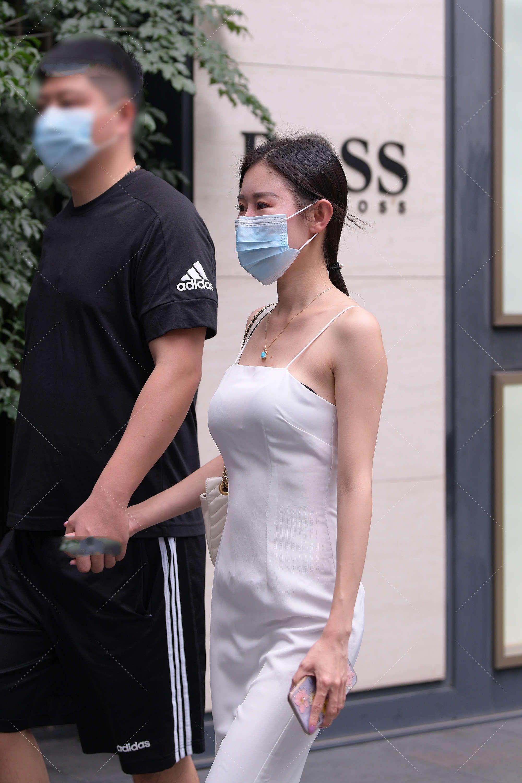 白色长款连衣裙高贵又纯洁,不仅显瘦还凸显气质
