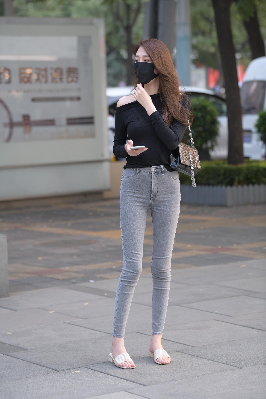 打底裤穿衣搭配显得十分有气质,简洁不乏气质