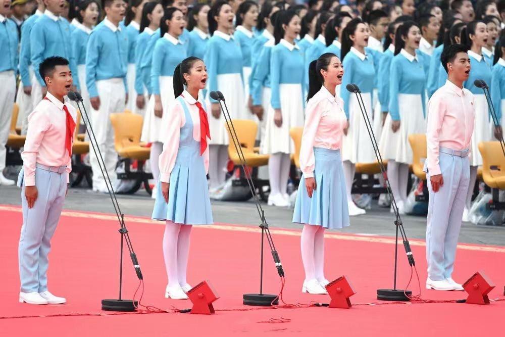 """中国传媒大学""""校花""""冯琳走红,千里挑一的领诵员,气质超凡脱俗"""