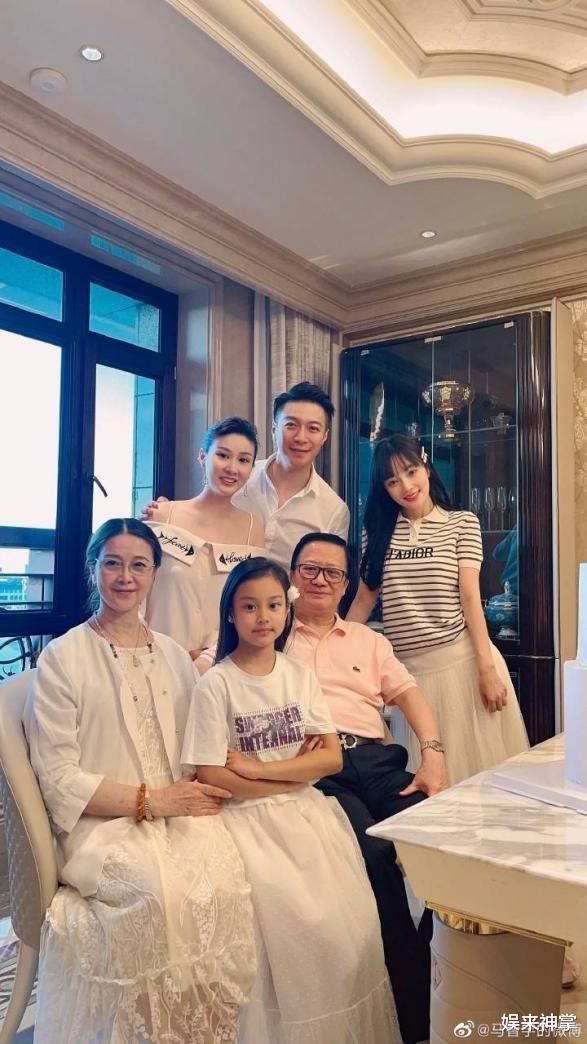 李小璐一家与绯闻男友聚会,称对方是干弟弟,8岁的甜馨样貌大变