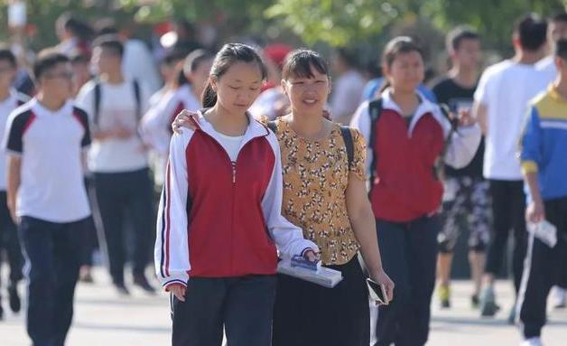 2021中小学生暑假时间已确定,学生们笑逐颜开,家长却高兴不起来