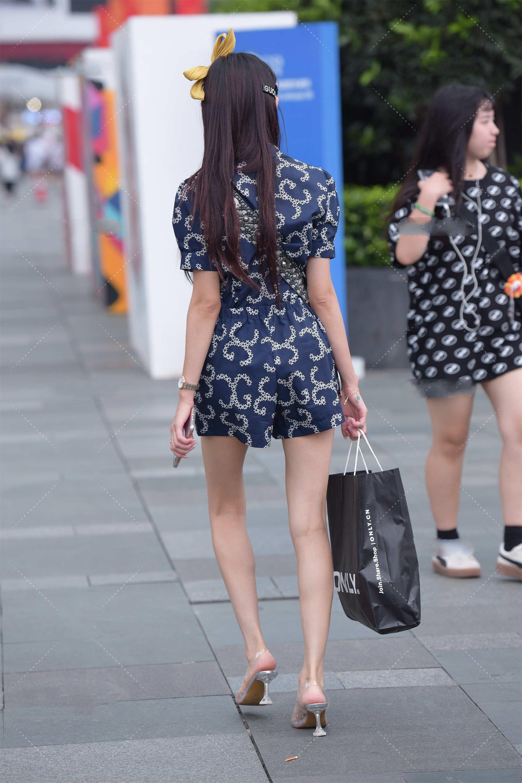短款印花收腰裙,搭配时尚小挎包,轻松打造精致女神范