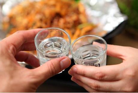 白酒的最佳饮用温度是多少?——傲百年酒知识