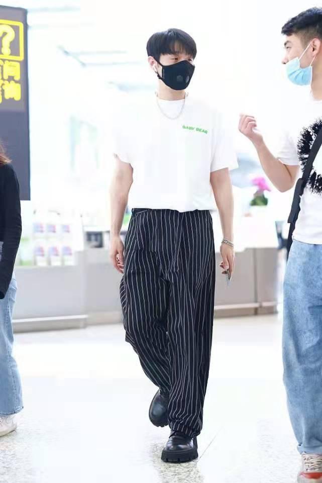 """李荣浩帅气造型,T恤+条纹裤文艺时髦,他很喜欢""""塞衣摆""""这一招"""