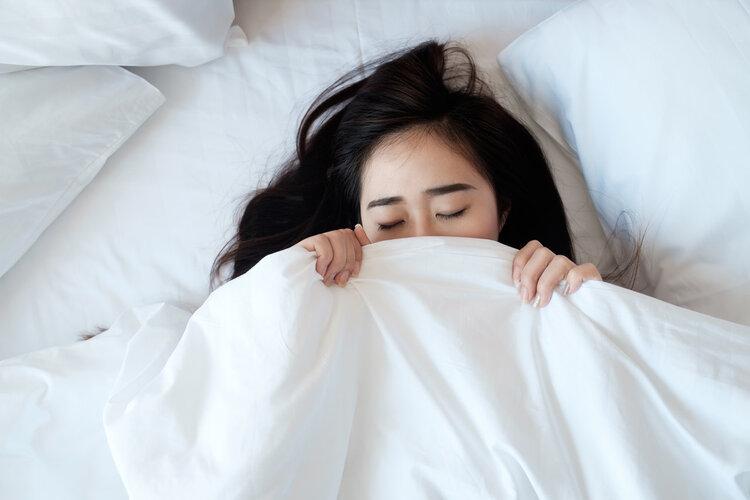 为什么睡觉时身体会突然抖一下?不是大脑怕你死,科学解释来了