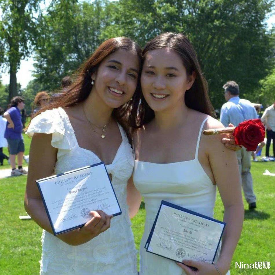李连杰小女儿晒毕业照,穿白色吊带裙肤白貌美太像利智,美成妈妈翻版