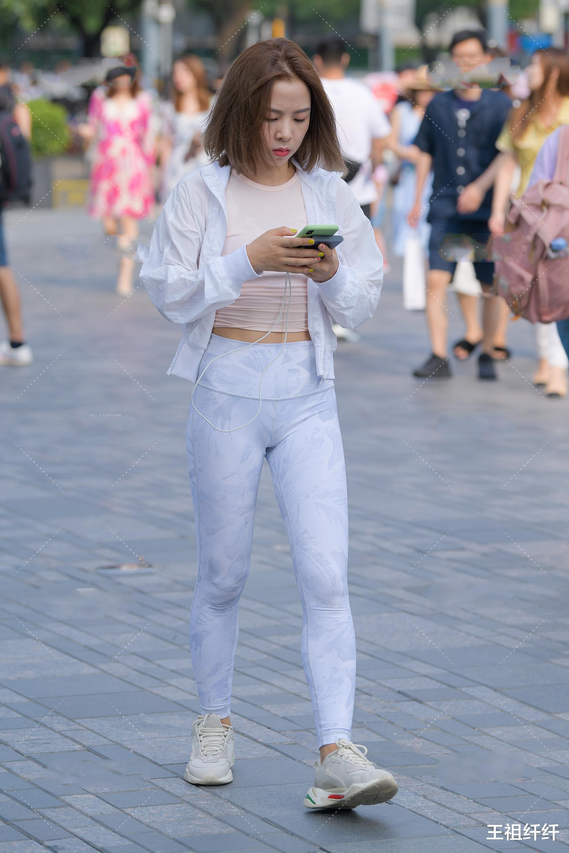 白色棒球服内搭粉色圆领背心,再搭配一双鞋款和白色裤子,完全的小清新穿搭