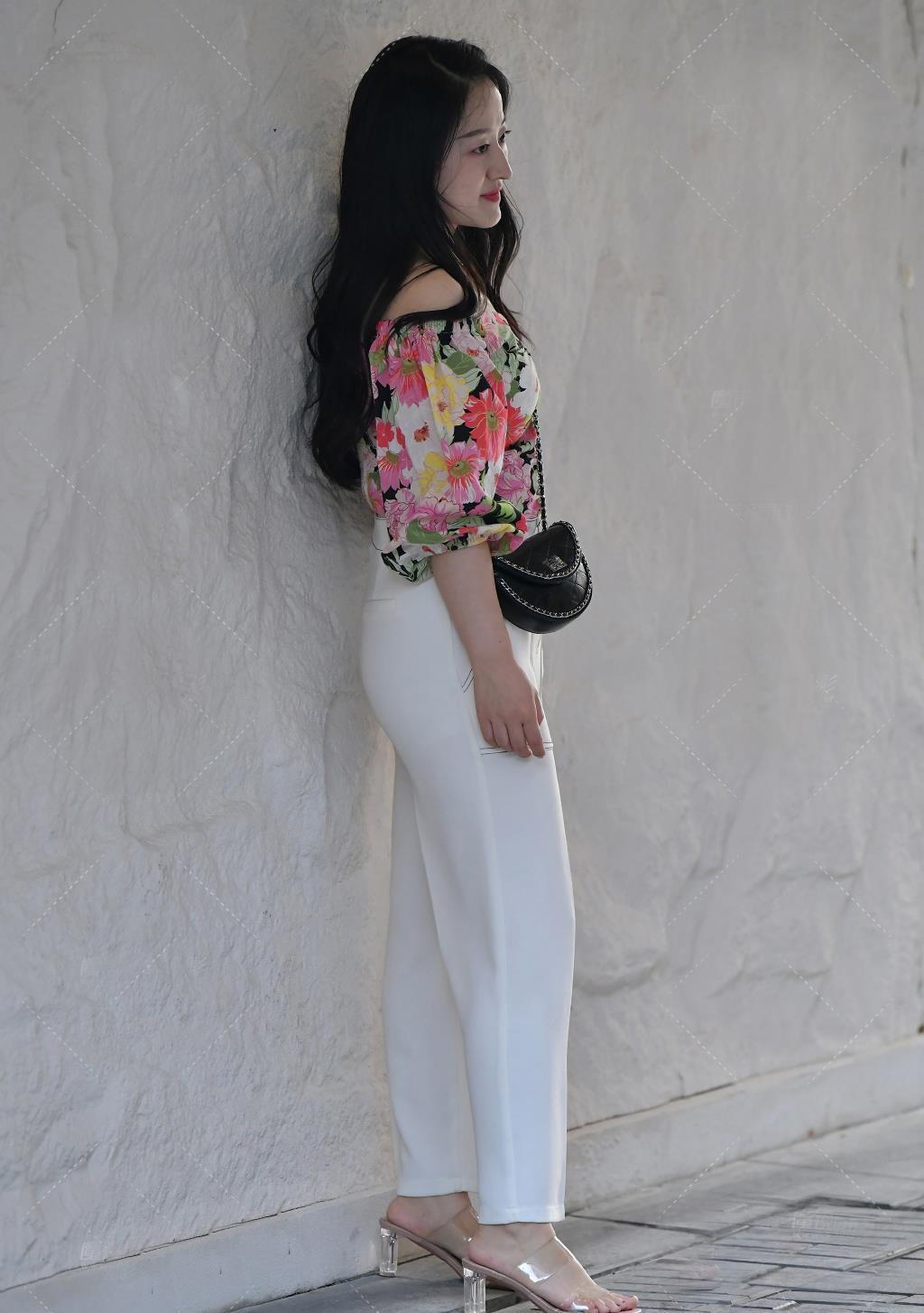 阔腿裤穿出夏日的优雅美,搭配碎花一字肩,清新减龄又美丽逼人