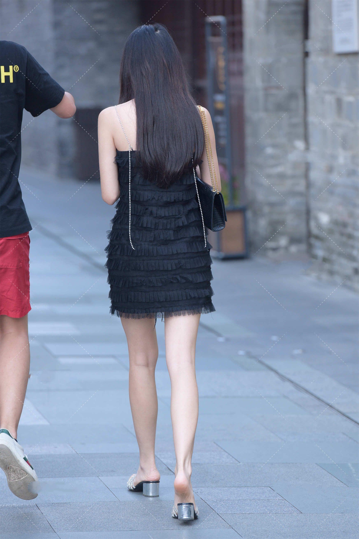 黑色吊带裙,加上精致的链条肩带,更显时髦,高级感十足