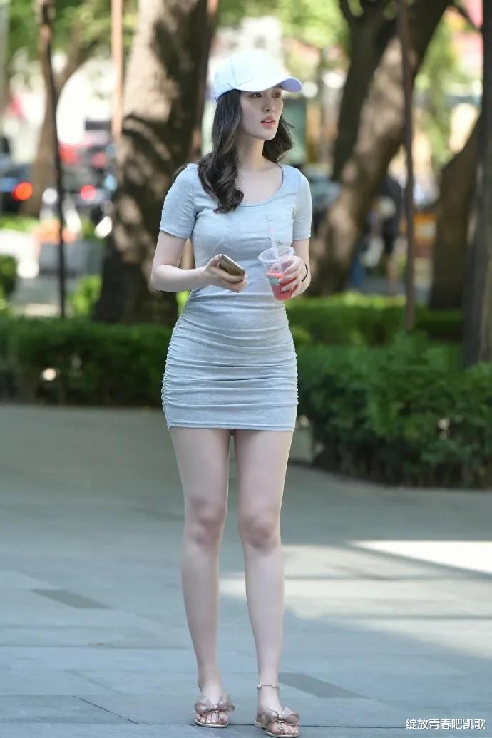 如何穿出夏天般的火辣?修身连衣裙配精致小拖鞋,时尚优雅又迷人