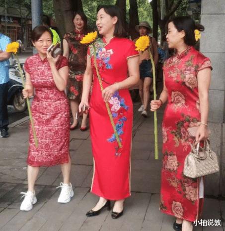 """2021年高考在即,妈妈们身穿旗袍花样陪考,满满的""""仪式感"""""""