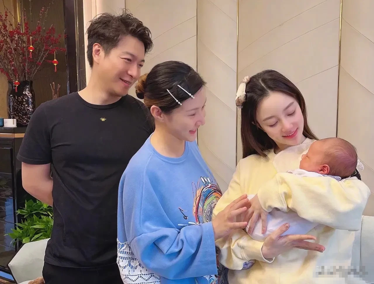 李小璐自己婚姻被第三者搞黄了,又介入还在哺乳期的闺蜜婚姻里?