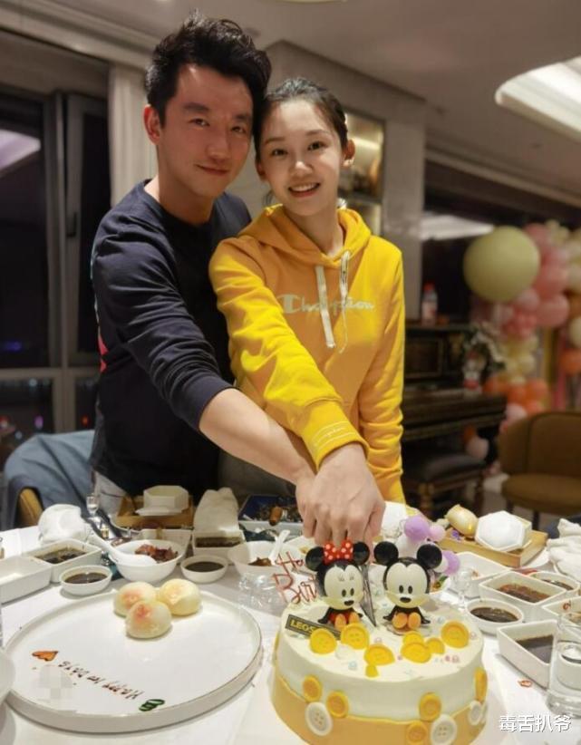 郑恺苗苗庆结婚一周年,街边约会接地气,夫妻感情甜蜜如热恋!