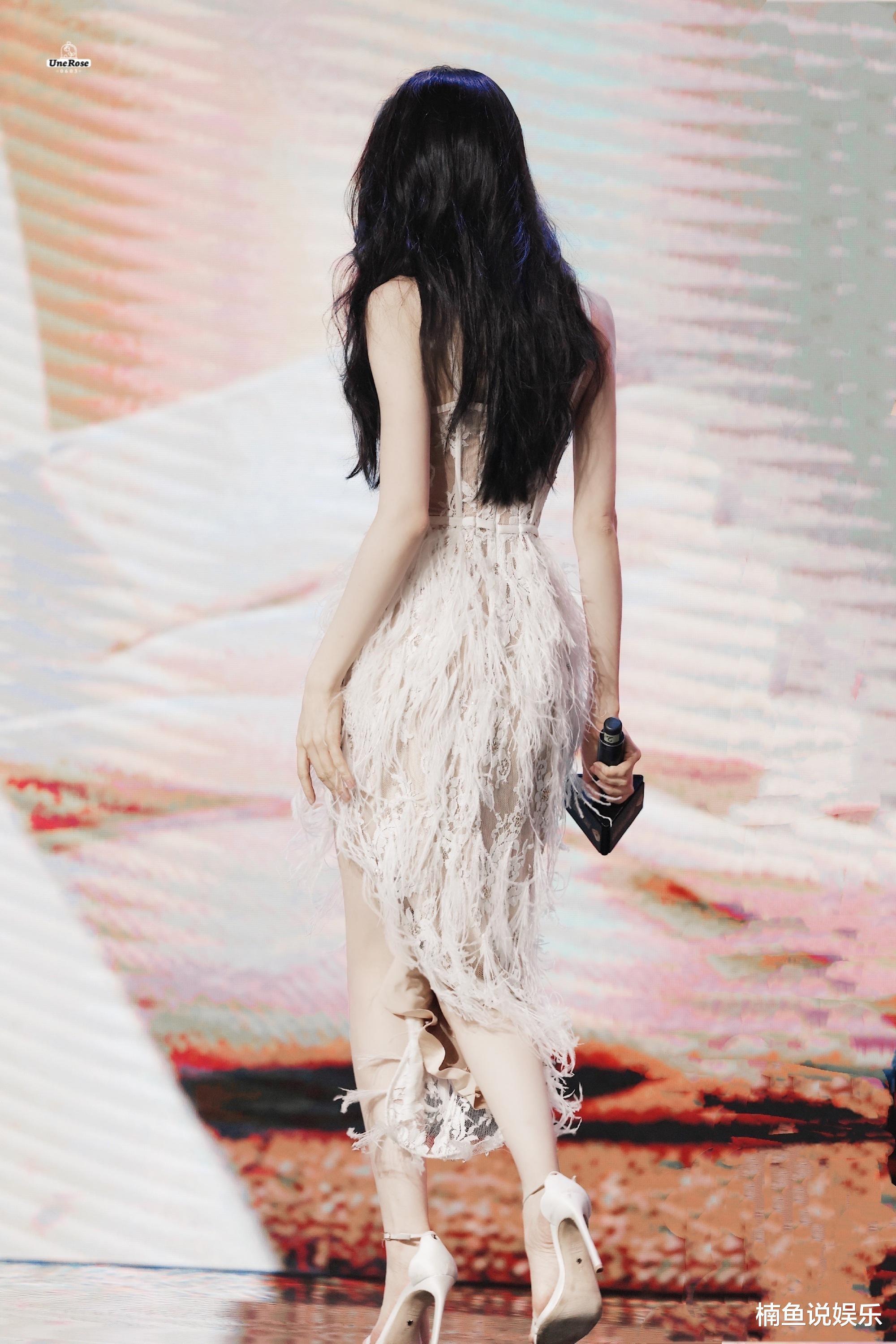 有一种性感叫迪丽热巴,长发飘飘镂空羽毛裙抢镜,窈窕身段太迷人
