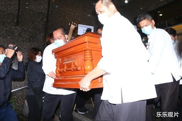 吴孟达儿子抱着遗像送别父亲,陪伴红色棺木走完最后一程