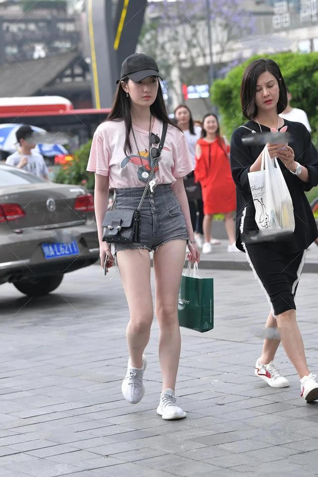 T恤配短裤,是最简约的夏季穿搭,也是最不挑人的穿搭