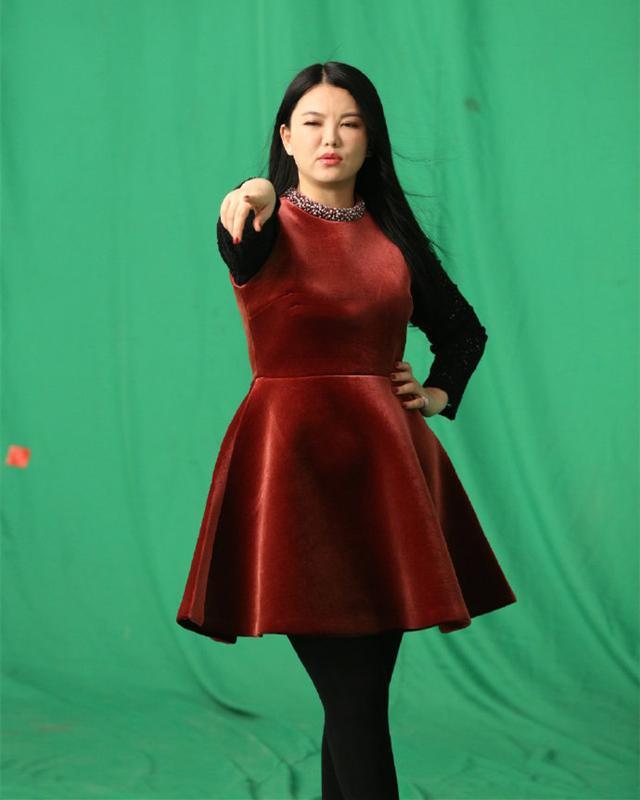 李湘真有自信,微胖身材还敢穿丝绒娃娃裙,虽然显胖却挺有贵妇范