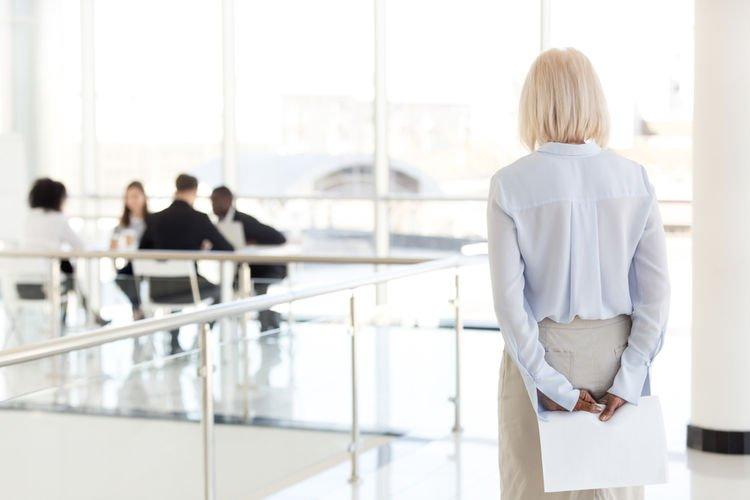 解构社交恐惧症原因和症状,不想跟同事交谈是职场社交恐惧症?