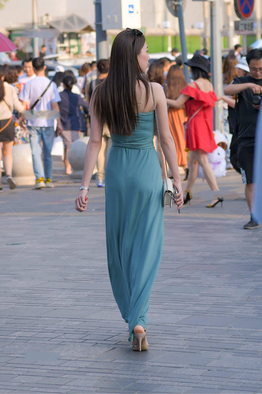 蓝绿色连衣裙显瘦又高级,搭配尖头高跟鞋,气场十足