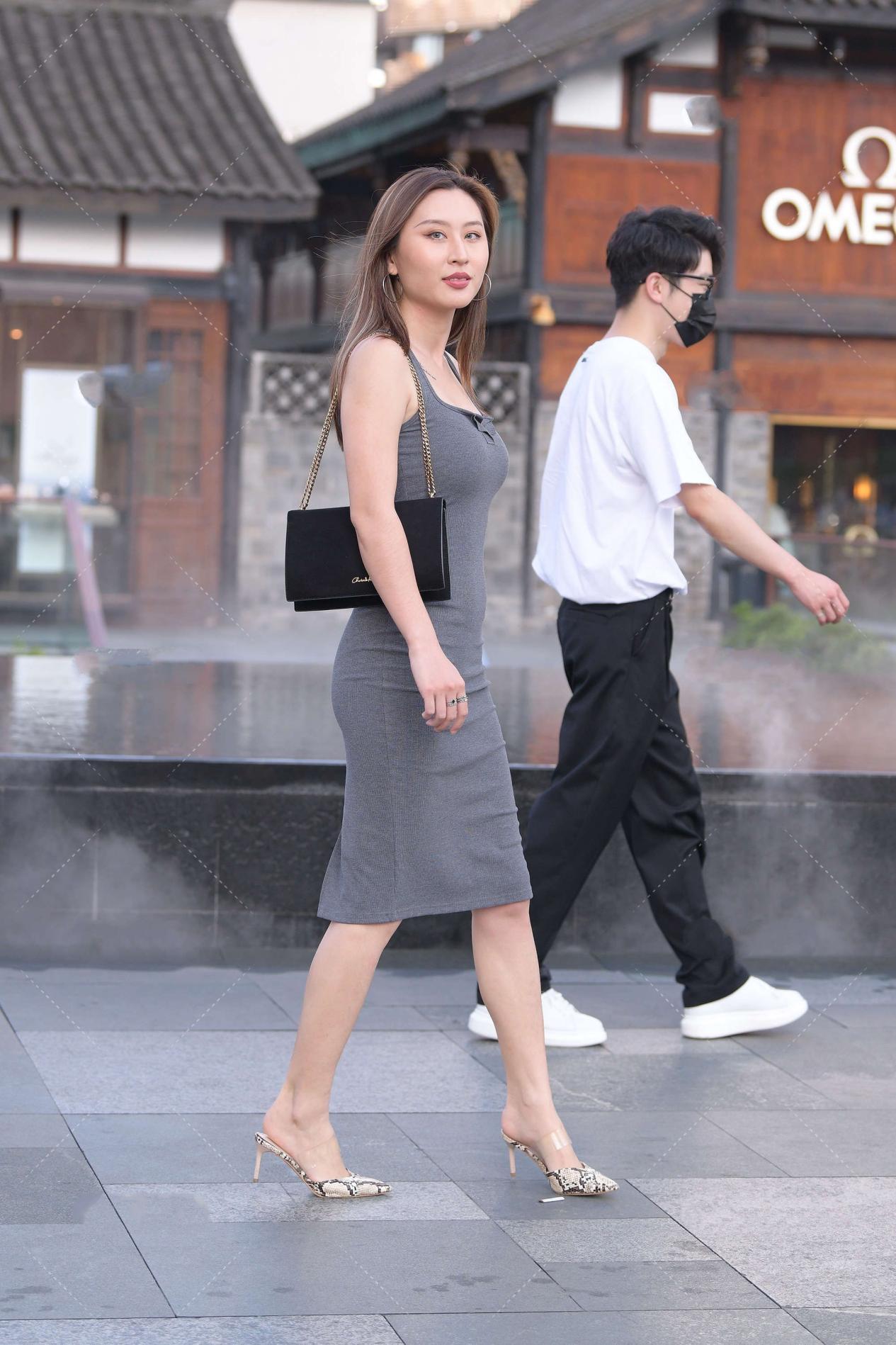 灰色连衣裙欧美风十足,蛇纹高跟鞋气场强大,轻欧美风高冷霸气