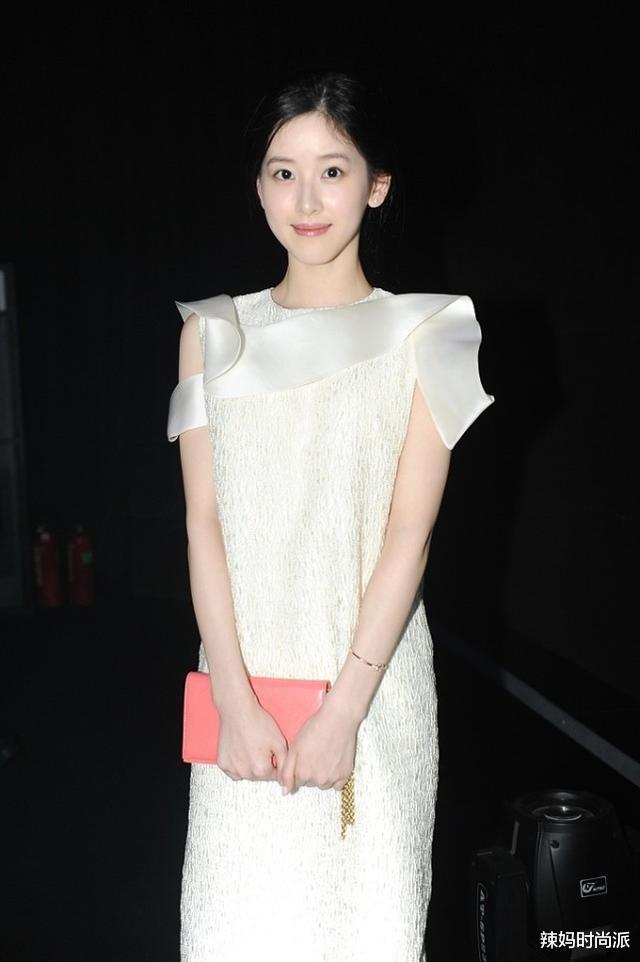 章泽天穿着一袭白裙,一点都不像当妈的,真羡慕刘强东