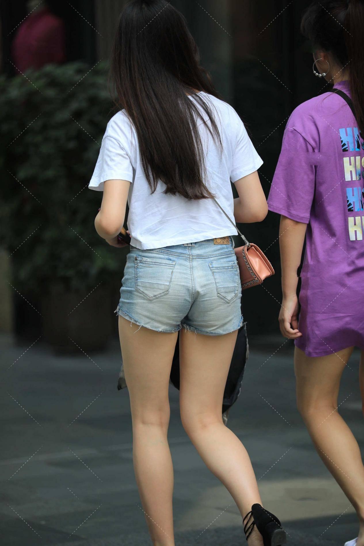 白色短上衣搭配牛仔短裤,显高又显瘦,同时又很有时尚感
