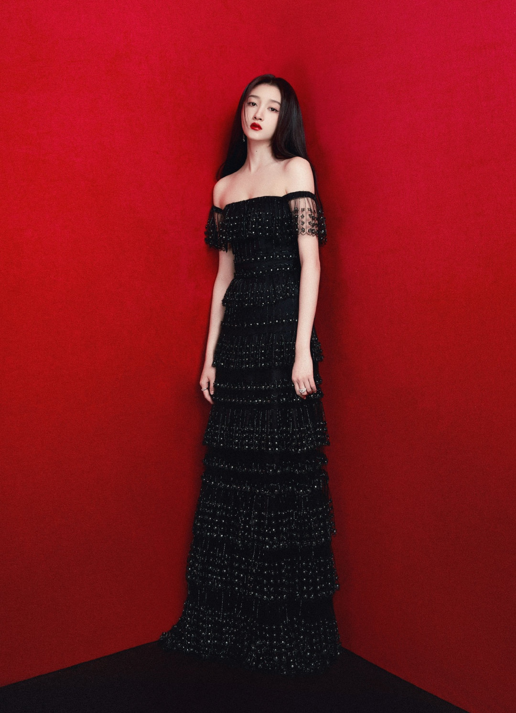 关晓彤霸气亮相电影节,穿黑裙化身暗黑公主,冷艳魔女氛围十足