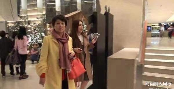 四姨太携何超盈逛商场!一身鹅黄色穿得娇俏,走路带风难掩霸气