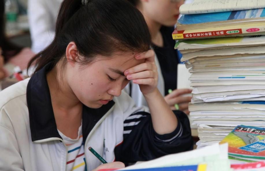 """2021高考生迎来喜讯,录取分数线或降低,""""捡漏""""的好时机到来了"""