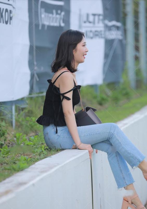 黑色修身吊带搭配牛仔裤,不挑身材,流行感很强