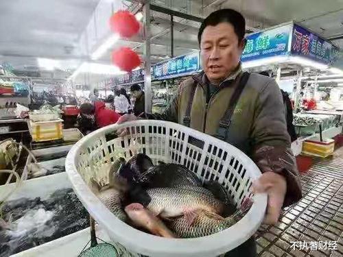 """猪肉价格连续下跌,淡水鱼价格却""""往上游"""",背后原因是什么?"""