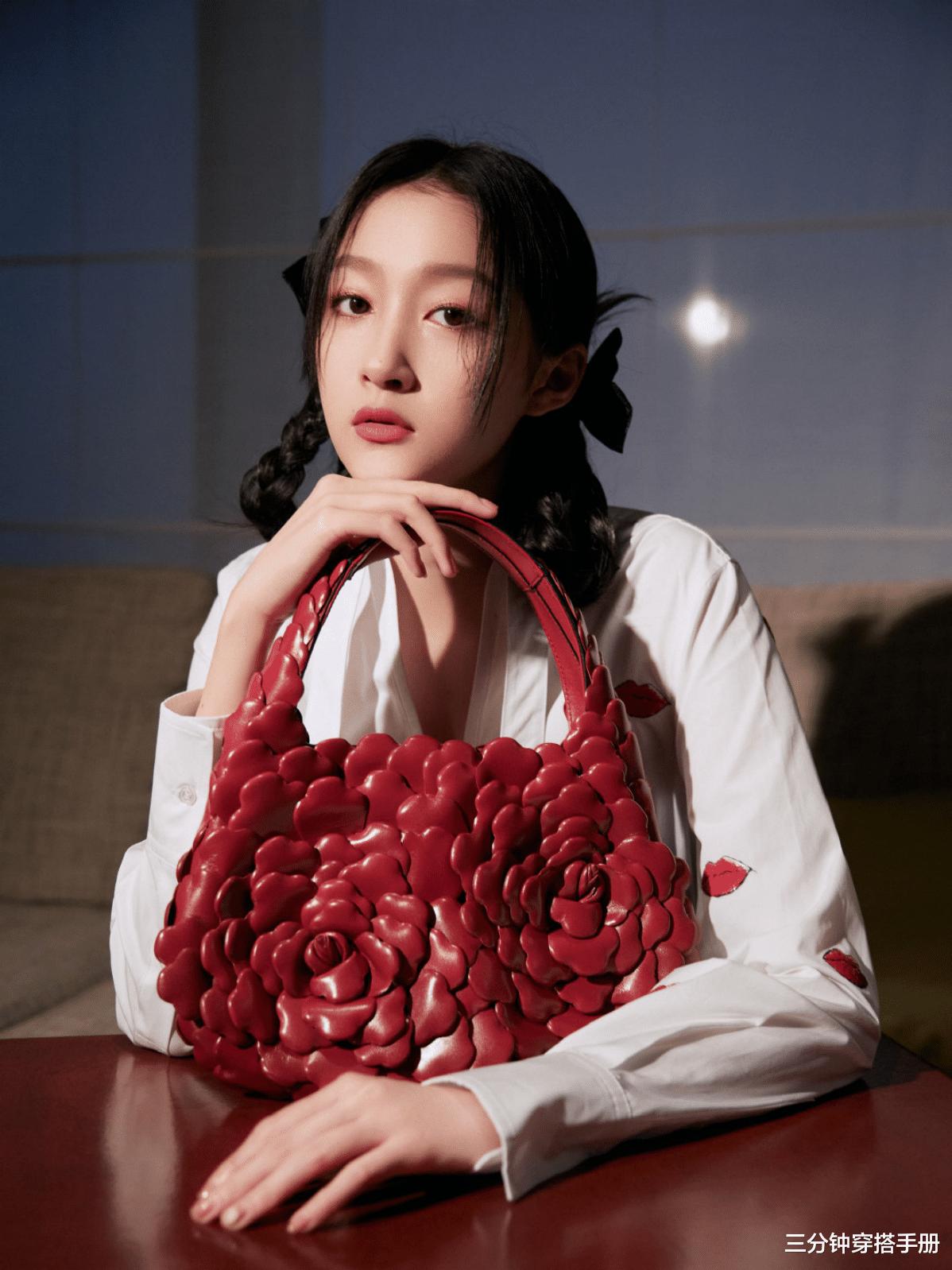 """2021最""""火""""配色红+白!陈都灵穿优雅白裙配红唇红包,好洋气"""