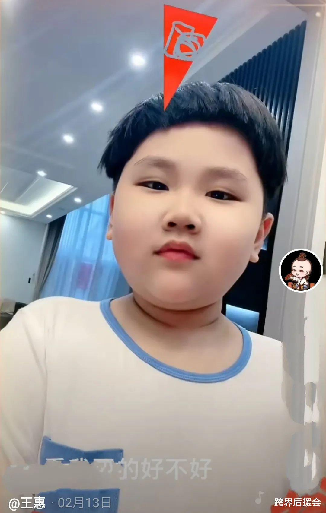 郭德纲小儿子频繁发动态,6岁的年纪长生辫已到腰,颜值酷似哥哥