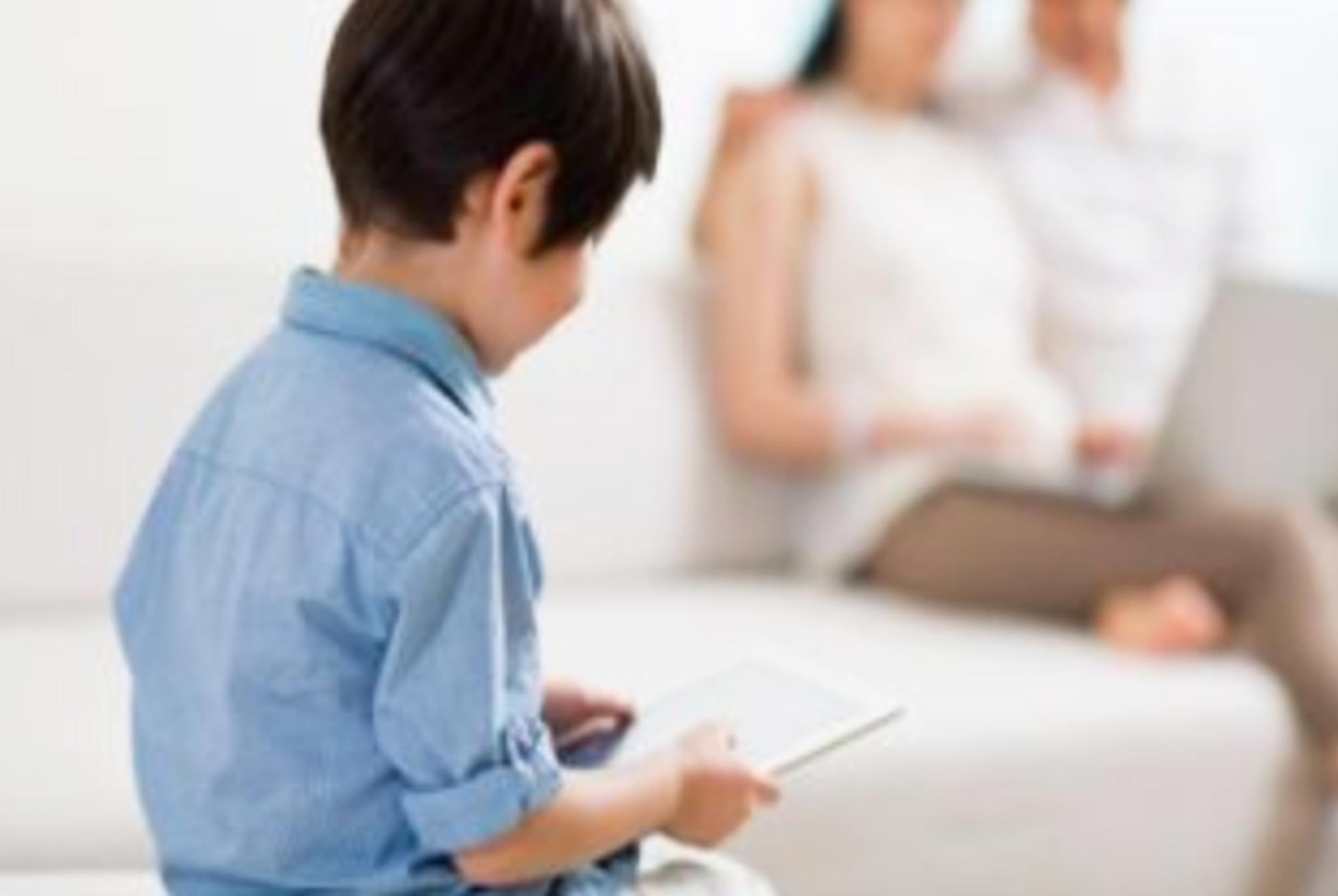 孩子驼背,蛮力纠正不可取,比打骂更有效的是这几招,父母快试试