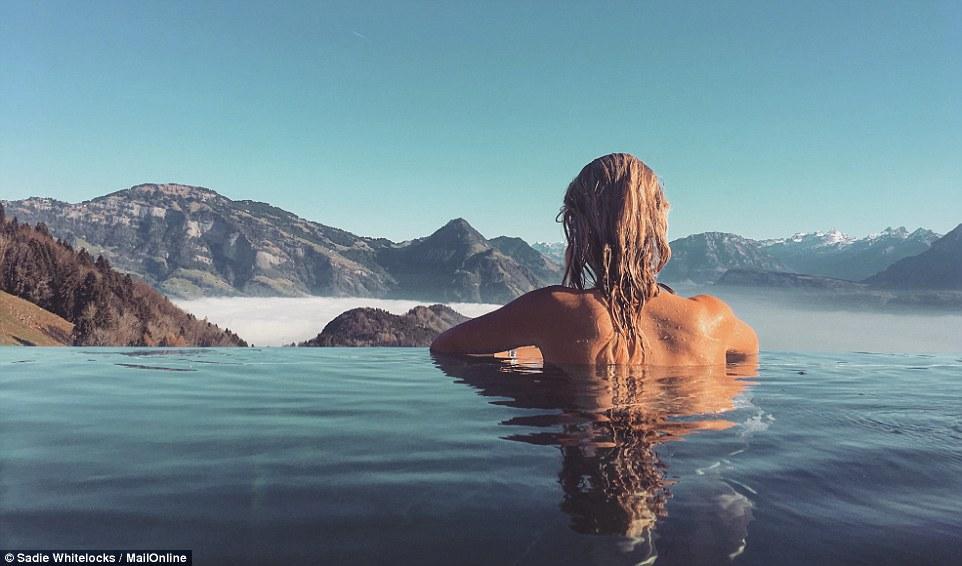 在每日邮报上面的旅行板块上面了解到,在瑞士的墅霍内格山别墅酒店泳池,在那里泳池,流水瀑布的边缘似乎给一个永无止境的池融入地平线的印象,在这里的泳池游泳,不但可以可以看远处的山景,还可以看到美丽的夕阳雪山,如天堂般存在。