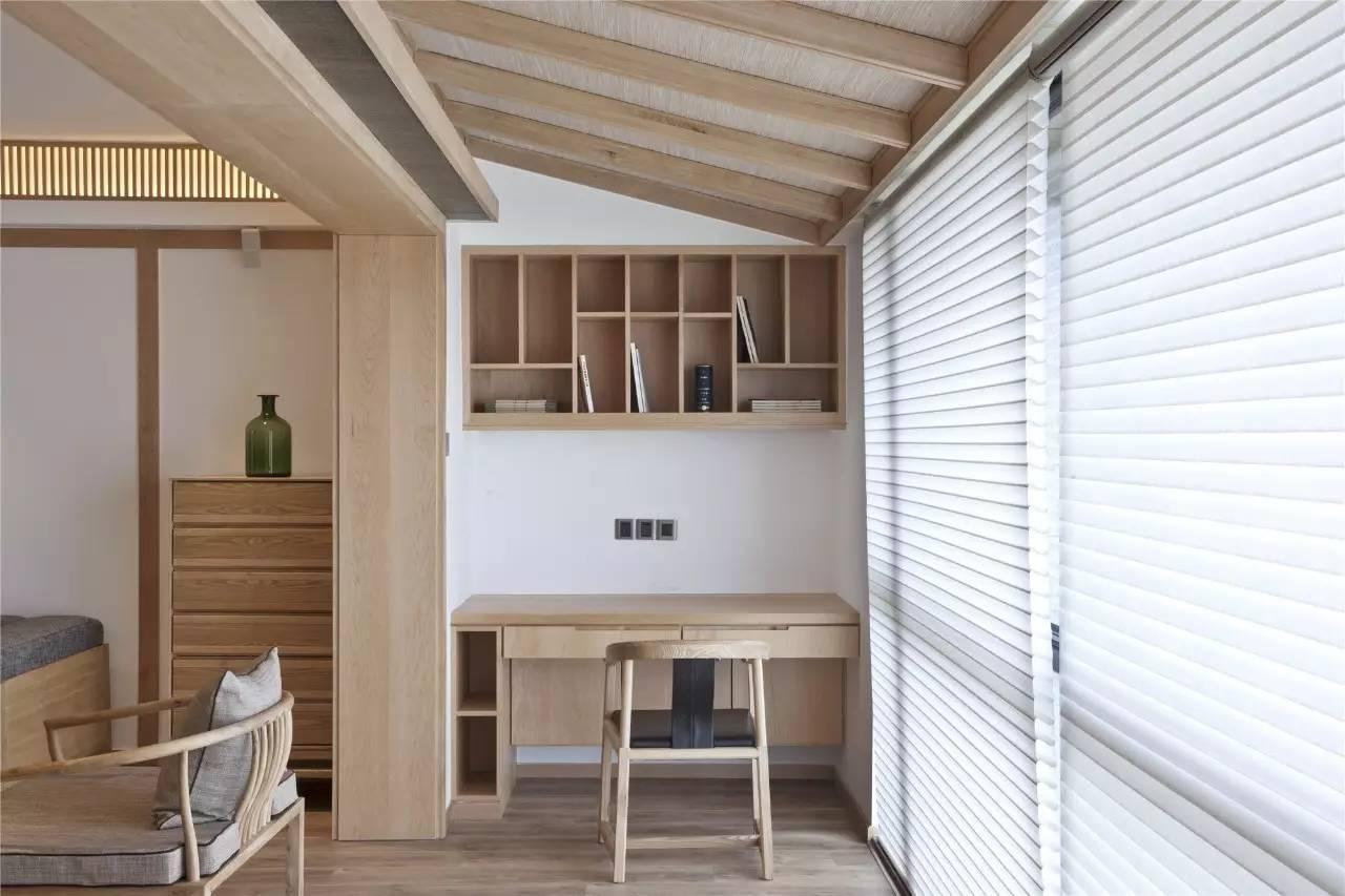 客厅电视墙的一侧是茶室入口,进入茶室即可看见一整面的内嵌柜子