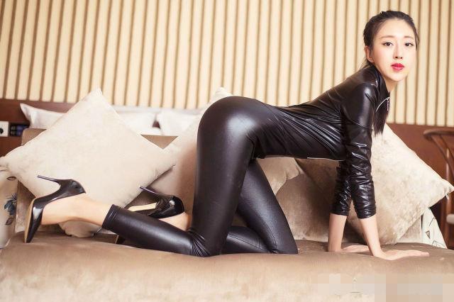 有个好身材穿什么都美, 连体皮裤尽显美女凹凸有致要的就是有深度