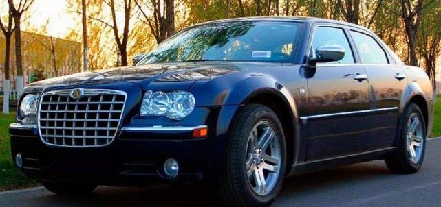 图为另一辆克莱斯勒300c改装的劳斯莱斯,换装了宝马的天使眼大灯,前脸