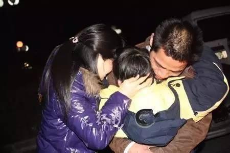 当这一老一小流浪乞丐转身离开的时候,丽丽忽然发现,那个孩子脖子图片