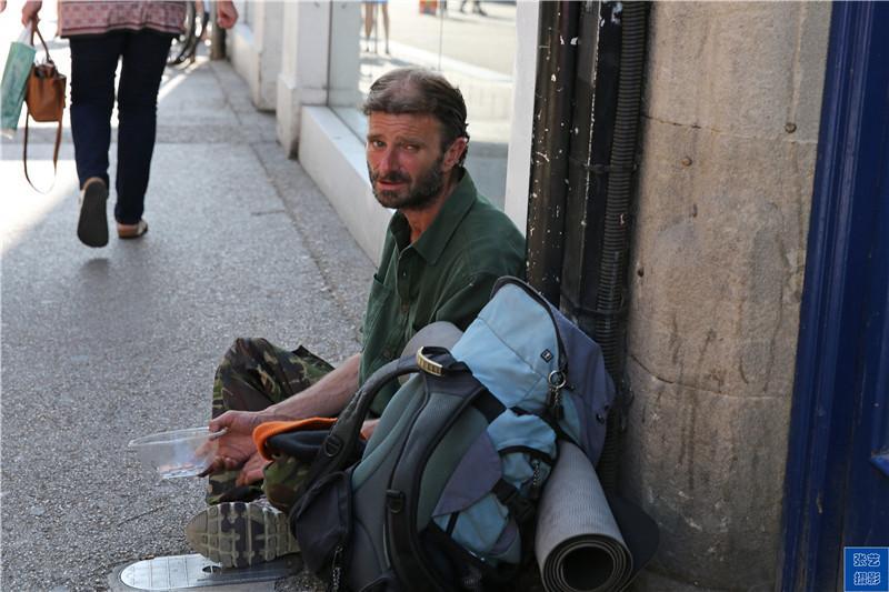 英国街头的乞丐称自己为流浪汉, 真有那么可怜吗?
