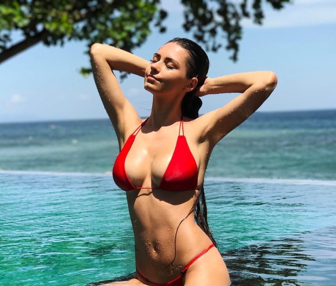 欧美女星helga lovekaty海边度假, 网友: 根本包不住啊
