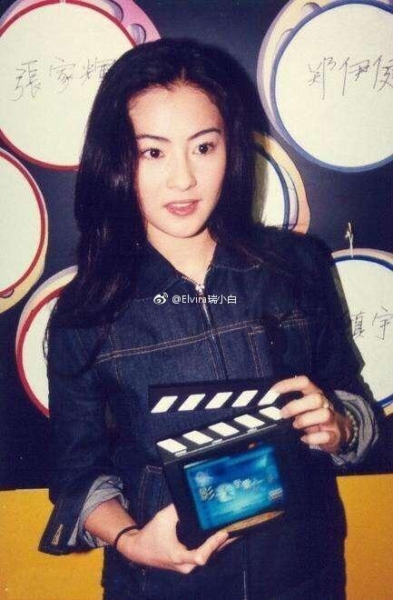 张柏芝黑色的底衣搭配黑色的皮衣和皮裤,霸气十足,她扎起的头发,干净图片