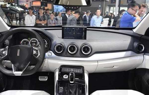 汽車技巧大师 一说到概念车,大家都会想到这句话,概念范冰冰,量产罗玉凤,其实,确实如此,毕竟量产后确实落差有点大了,不过爱车的朋友也不必担心,有些车型也会概念量产一个样,例如大家都知道的路虎极光,不过今天小编想要给大家介绍的却是另一辆车型,一款国产SUV,是长城汽车旗下的高端品牌-----WEY W01,接下来,就跟着小编一起来看看这款车型吧。  W01是WEY品牌旗下的第一款量产车型,量产后叫VV7,在2016年广州车展首次亮相,预计将于本月正式上市。  首先,外观上,个性竖标搭配细长大灯,犀利霸气,