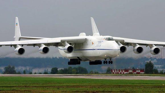 苏联解体后,该机有安托诺夫设计局所在的乌克兰拥有,乌克兰政府把它改装成了 军民两用大飞机,重新激活了它的使用价值,稍加改动后的安-225大型军用运输机,它既能够实现作战部队和武器装备的远距离快速空投部署,还能用于国际货运和抢险救灾等任务。  2013年11月的一天晚上,河北石家庄正定国际机场,中国中车研制的低地板现代有轨电车,被装入世界最大的运输机安-225,飞往土耳其,这不仅是我国首次使用飞机发送大型轨道车辆,也是世界上第一次用安-225大型军用运输机运载轨道车辆,石家庄正定国际机场,也成了经国家民航局
