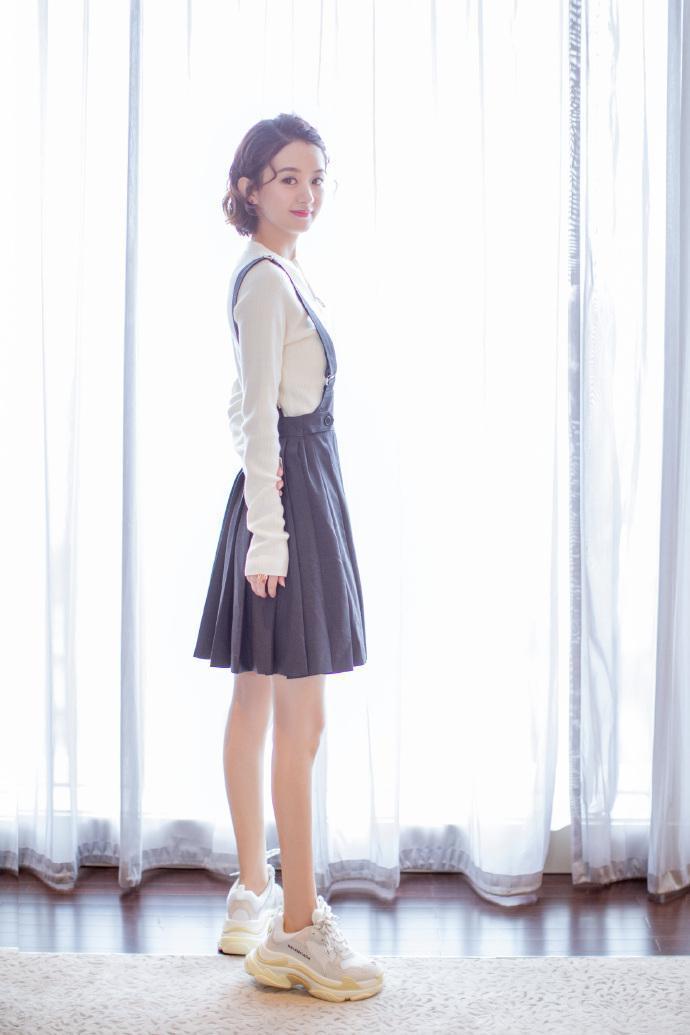 赵丽颖短卷发俏皮可爱 只是脚上硕大的鞋子并不和谐